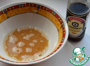 Mix the starch with water (if You are fast, you can use this mixture instead of the egg), turmeric and soy sauce.