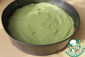 Put the resulting mass on the cake with kiwi and level