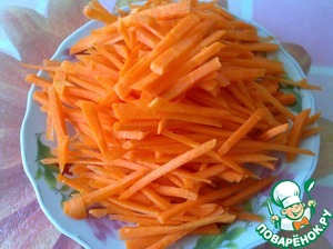Peel the carrot, cut into thin strips.