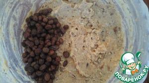 Смешиваем гороховую кашу с измельченными орехами и изюмом в однородную массу.