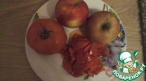 Займемся соусом. Очищеные яблоки, помидор и перчик взбиваем в блендере до однородной массы. Добавляем соль, перец черный, ложку воды и варим минут 5 на медленном огне до загустения.