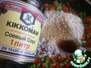 Now add thoroughly washed rice. Pour all the soy sauce and stir. Salt is not necessary! Soy sauce has enough salt.