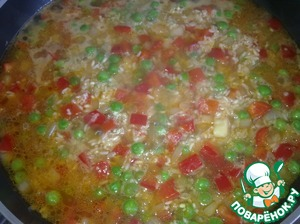 Fill the rice with vegetables with hot water so that it covers rice on top of 1 cm.