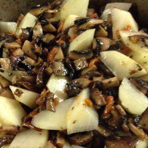 Пока жарятся грибы, чистим и режем небольшими кусочками картофель. Добавляем его в зажарку и тушим 5 минут