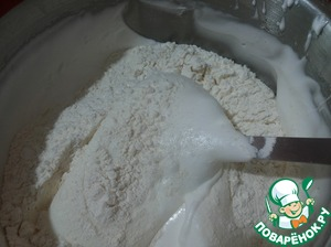 Proseem will advance the flour with the salt and 100 g of powdered sugar, manually add the mixture to proteins and gently movements from the bottom up, knead the dough until smooth. Get airy fluffy dough.