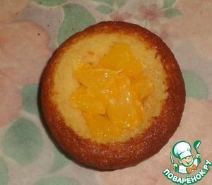 Свежий апельсин очистить от белой пленки и порезать его на кусочки. Заполняем кекс.