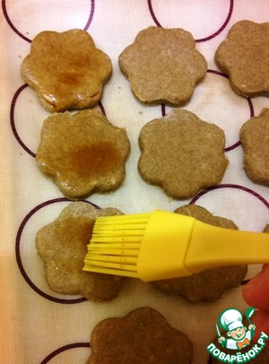 Recently I began to lubricate vegetable cakes soy sauce (maybe not the coolest, but for me this possibility of its use was discovery). It not only gives appetizing color and contrast a touch in sweet baked goods (especially if you eat cookies on the advice of a cat of Matroskin, upside down –