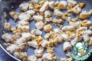 В сковороде разогреваем масло, обжариваем сначала лук. Когда он станет прозрачным, добавим грибы, обжариваем все вместе 2-3 минуты. Затем добавляем курицу и жарим до легкой румяности около 5 минут.