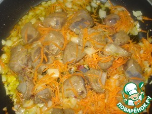 While the dough rises, make filling. Cut onion into cubes, carrots three on a grater. Put them on, heated with a small amount of oil pan. Fry for 3 minutes. Liver cut into large chunks and add to the vegetables, fry for another 3 minutes. Cover, low down the heat and simmer for 10 minutes.