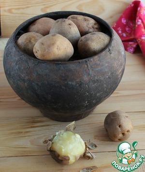 Отварить картофель в мундире в подсоленной воде. Остудить, почистить.    Особенно хорош салат с молодой картошкой.