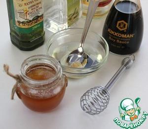 Сделать заправку к салату. Смешать растительное масло, соевый соус Киккоман, бальзамический уксус, горчицу, мед венчиком или всё поместить в небольшую баночку, закрыть крышкой и потрясти.