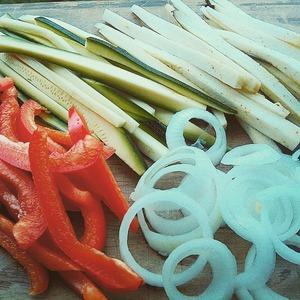 Нарезать длинными полосками перец, баклажан, цуккини.    лук порезать крупными кольцами.   посыпать сверху солью. дать постоять 20 минут.