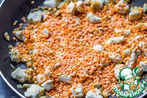 Fill the lentils to the pan, fry for 2-3 minutes, stirring occasionally. Add 1 Cup of water and tormented on low heat for 10-12 minutes. Sprinkle with salt and pepper in the cooking process. The filling needs to be quite juicy with a small amount of liquid.