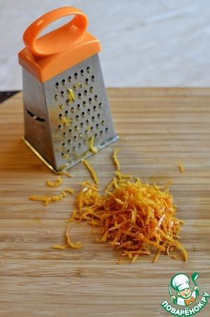 С одного апельсина снять цедру на мелкую терку, не захватывая белый слой.