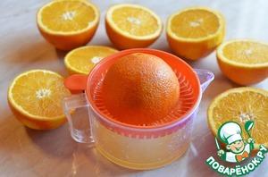Из апельсинов отжать сок удобным способом, я использовала ручную соковыжималку для цитрусовых. Чтоб с апельсинов было лучше выжимать сок, желательно каждый, прокатить по столу слегка придавливая.