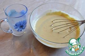 Сок перелить в миску, добавить масло, имбирь, апельсиновую цедру, сахар, просеянную муку. Хорошо перемешать венчиком или при помощи миксера.    Вскипятить воду, отмерить 0.5 стакана крутого кипятка, добавить в него соду.