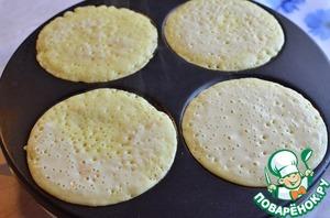 Разогреть сковороду, при помощи силиконовой кисточки смазать поверхность растительным маслом и выпекать с двух сторон до готовности.