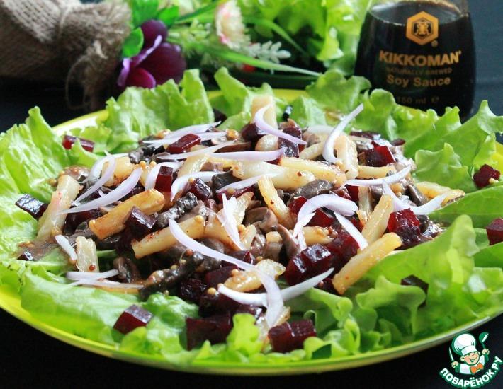 Рецепт: Салат со свёклой, шампиньонами и жареным картофелем