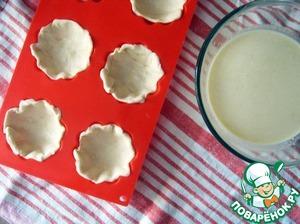 Раскатайте тесто и поместите его в формы для кексов. У меня получается 9 штук из данного количества. Наполните их яичной жидкостью.