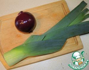 Для украшения стола взять зеленую часть от лука-порея и головку красного лука. Порей тщательно промыть.