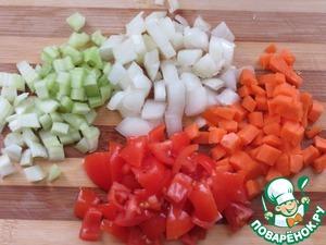 Мелко нарезать морковь, лук, сельдерей, помидор,    добавить в кастрюлю с фасолью.