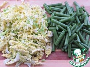 Мелко нарезать капусту, стручковую фасоль разделить на 4 части -    добавить всё в кастрюлю.