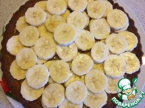 Режем очищенные бананы на кружочки толщиной в 0,5 мм.   Выложить на вареную сгущенку.