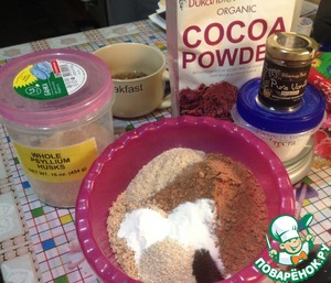 Mix the dry ingredients: walnut flour, meal, bran, cocoa, salt, baking powder, vanilla extract. Leave for 20 minutes, to make baking powder. I added 1 tbsp of psyllium (psyllium husk) It makes the dough more doughy consistency, but not necessarily