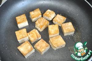 На сковороду, где жарились чеснок и имбирь, кладём маринованный тофу и обжариваем до золотистой корочки с обоих сторон, убираем на тарелку.