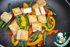 Добавляем к овощам жареный тофу, перемешиваем.