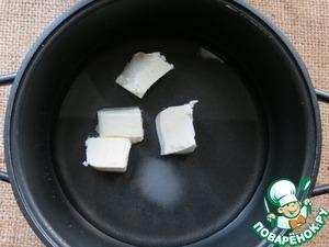 В первую очередь приготовим тесто...   в кастрюлю с толстым дном положить масло, соль, сахар, воду.   Перемешивая, довести до кипения.
