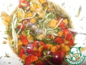 Далее выкладываем морковь, перец и огурец, всё перемешиваем.