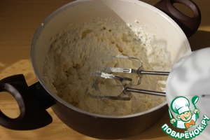 While the dough is resting, start the cottage cheese filling. Whisk the cottage cheese with egg, salt and honey.