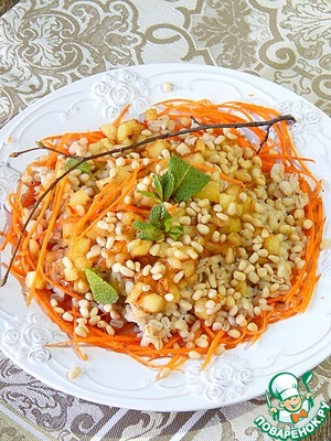 Shape the salad. On the dish lay out the carrots on her barley, on top of the apples. Sprinkle with nuts, pour the lemon juice and decorate with mint. The salad is ready.