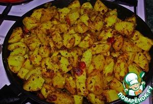 Добавляем к нашим специям картофель и хорошо, но аккуратно (что бы не превратить картофель в кашицу) перемешиваем.