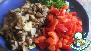 2. Обжарить грибы, лук и красный болгарский перец на растительном масле до готовности, соль, перец. И тоже измельчить блендером вместе с несколькими веточками зелени и 2 зубчиками чеснока.