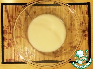 In a bowl, dissolve the yeast with warm water.