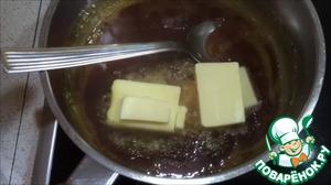 После того как сахар полностью растаял, добавить масло.    Будьте осторожны на этом этапе, потому что карамель будет пузыриться, не обожгитесь.   Добавить масло в карамель и мешать до полного его растворения, около 2-3 минут.