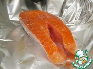Порционные кусочки рыбы промыть в холодной воде. Разложить каждый кусочек на отдельный лист фольги.