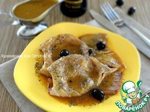Выложить кальмаров на тарелку, обильно полить соусом, посыпать базиликом и дополнить маслинами;