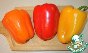 Подготовить болгарский перец разных цветов.