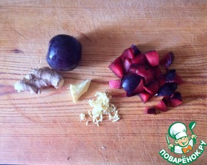 Wash the plums and coarsely chop. Ginger peel and RUB on a small grater.
