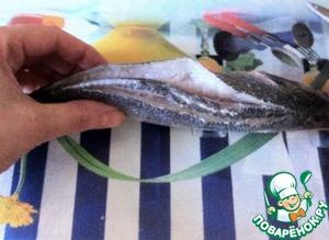Пока готовится соус, займёмся рыбой. Её необходимо почистить, удалить плавники и вынуть жабры. Затем вдоль хребта сделать два надреза.