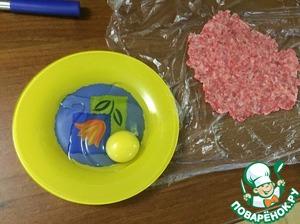 Яйцо разбиваем в плоскую тарелку, солим и тут же взбиваем