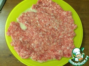 In the egg carefully from the package put the minced meat, in this way the rolled out meat is easy to shift