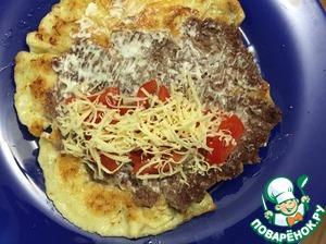 Выкладываем на тарелку фаршем вверх, смазываем майонезом, на одну сторону кладем тонко порезанные помидоры, посыпаем тертым сыром, накрываем второй половиной, слегка прижимаем сверху. Также готовим остальные 4 бризольки