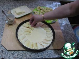 Нарезаем яблоки тонкими ломтиками и веером укладываем на тесто.