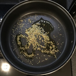 This recipe is for frying pan 28 cm Is IMPORTANT! If You form more or less-focus on it! Heat the pan and put the rosemary on a medium heat fry for a minute, to give the oil all the flavor!