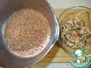 Пока грибы запекаются, отварить гречу. Во время отваривания к грече добавить смесь из сушеных белых грибов, сушеной моркови и зелени. Заправить растительным маслом, посолить и подавать с фаршированными шампиньонами.