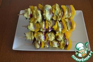 4.Разогреть гриль до максимальной температуры. Шпажки вытереть салфеткой и нанизать на них, чередуя, лавровый лист, курицу, лук и перец. Смазать овощи растительным маслом.